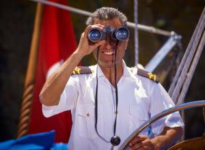 Godiva Sailing Kapitein Birol en verrekijker