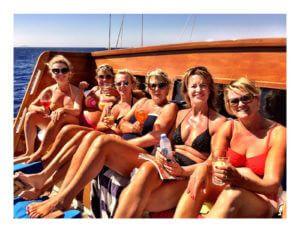 Vriendinnengroep aan boord bij Godiva Sailing