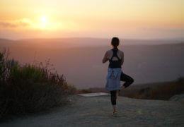 Yoga bij zonsondergang